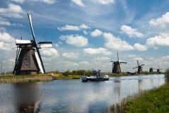 By i Nederländerna var du kan besöka de gamla traditionella väderkvarnarna Fotografering för Bildbyråer