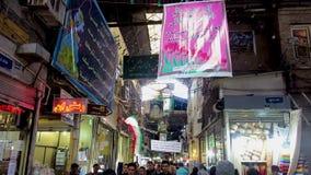 I negozi del bazar di Teheran attraversano la vista video d archivio