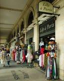 I negozi di ricordo allineano Rue de Rivoli attraverso dal Louvre a Parigi fotografie stock