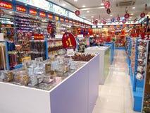 I negozi ed i depositi offrono e vendono vari prodotti locali del ricordo ai turisti in Chinatown, Singapore Fotografia Stock Libera da Diritti