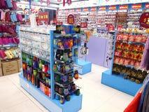 I negozi ed i depositi offrono e vendono vari prodotti locali del ricordo ai turisti in Chinatown, Singapore Fotografia Stock