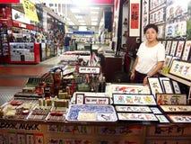 I negozi ed i depositi offrono e vendono vari prodotti locali del ricordo ai turisti in Chinatown, Singapore Fotografie Stock Libere da Diritti