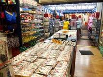 I negozi ed i depositi offrono e vendono vari prodotti locali del ricordo ai turisti in Chinatown, Singapore Fotografie Stock