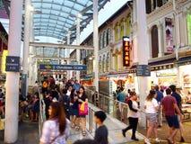 I negozi ed i depositi offrono e vendono vari prodotti locali del ricordo ai turisti in Chinatown, Singapore Immagine Stock Libera da Diritti
