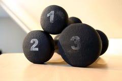 I nero pesi dall'una, due e tre libbra Fotografie Stock