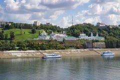 I Nizhny Novgorod, många kyrkor och monasterie Arkivfoto