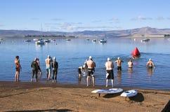 I nuotatori si riuniscono a punto di partenza del triathlon Immagine Stock Libera da Diritti