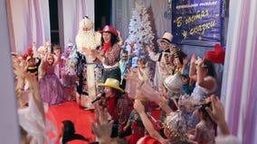I nuovi anni il concorso del costume di bambini, animatori gioca con i bambini video d archivio
