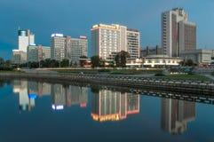 I nuovi grattacieli residenziali in Russia con riflettono l'acqua immagine stock libera da diritti
