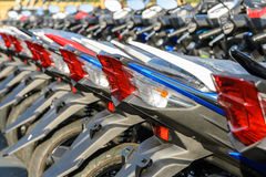 I nuovi motocicli hanno parcheggiato in una fila sul marciapiede Fotografie Stock