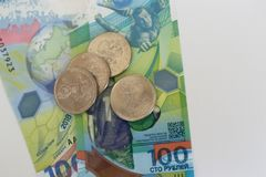I nuovi soldi russi hanno pubblicato specificamente per il campionato di calcio 100 ed alcune monete con il simbolo del lupo dei  Immagine Stock Libera da Diritti