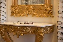 I nuovi vetri su un vecchio oro e su un marmo bench Illustrazione Vettoriale