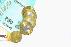 I nuovo indiani 50 e 200 rupie con 10 e 5 rupie di monete su bianco hanno isolato il fondo bianco Fotografie Stock Libere da Diritti