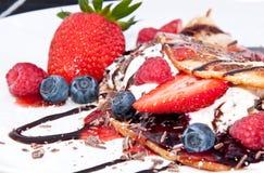 Is i nya Pan Cake med frukter Royaltyfria Bilder