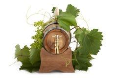 I oakcasks med svarta vines och druvor som är vita och Arkivbild