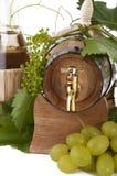 I oakcasks med svarta vines och druvor som är vita och Arkivfoto