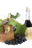 I oakcasks med svarta vines och druvor som är vita och Fotografering för Bildbyråer