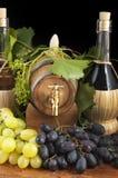 I oakcasks med svarta vines och druvor som är vita och Royaltyfria Bilder