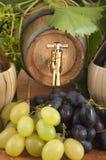I oakcasks med svarta vines och druvor som är vita och Arkivfoton
