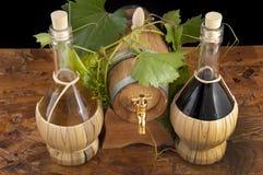 I oakcasks med svarta vines och druvor som är vita och Royaltyfri Foto