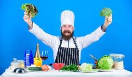 I obtenu Suivre un r?gime et aliment biologique, vitamine Cuisinier barbu d'homme dans la cuisine, culinaire Cuisson saine de nou photo stock