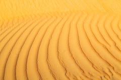 i Oman den gamla ökentexturlinjen våg Arkivfoto