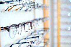 I optiker shoppa olika exponeringsglas som är till salu i väggkugge royaltyfri bild