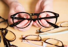 I optiker shoppa till salu olika exponeringsglas Arkivbilder