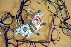 I optiker shoppa till salu olika exponeringsglas och den speciala opticaen Arkivbilder