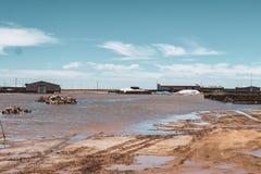 I paesaggi senza fine si rispecchiano del cielo in Salar de Uyuni fotografie stock libere da diritti