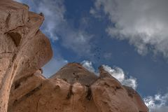 I paesaggi stupefacenti con le rocce e le rocce in Cappadocia, Turchia, sono amati e visitati dai turisti da ogni parte del mondo Immagini Stock Libere da Diritti