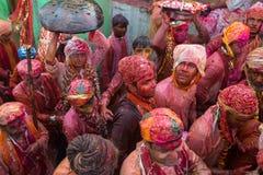 I paesani di Barsana vengono al villaggio di Nandgaon a celebrare Lathmar Holi in Nandgaon, Uttar Pradesh, India Fotografia Stock