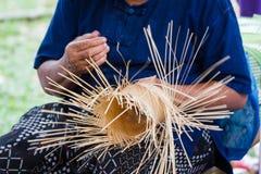 I paesani hanno preso le bande di bambù a tessuto nelle forme differenti per gli utensili quotidiani di uso Fotografie Stock