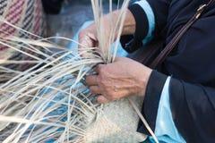 I paesani hanno preso le bande di bambù a tessuto nelle forme differenti per gli utensili quotidiani di uso Fotografia Stock Libera da Diritti