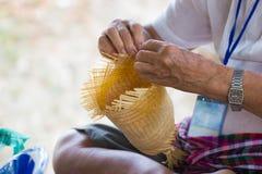 I paesani hanno preso le bande di bambù a tessuto nelle forme differenti per gli utensili quotidiani di uso della gente dei commu Immagine Stock Libera da Diritti