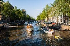 I PAESI BASSI, AMSTERDAM - 22 AGOSTO 2015: Veiw sul ponte attraverso il canale del fiume con la barca, immagine tipica dei canali Fotografie Stock