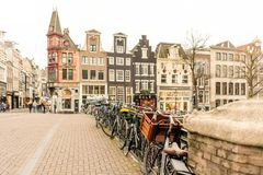 I Paesi Bassi, Amsterdam - 19 dicembre 2018: via di Amsterdam con le bici parcheggiate fotografia stock libera da diritti