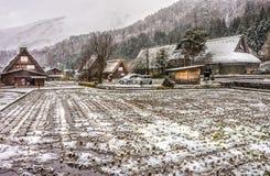 I paesini di montagna a distanza delle case stile gassho dentro Shirakawa-vanno nell'inverno Immagine Stock