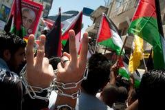 I Palestinesi marciano per richiedere la libertà per i prigionieri Fotografie Stock Libere da Diritti