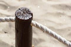 I pali del passaggio pedonale sono legati con le corde e c'è una vite arrugginita fissata fotografie stock