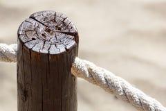 I pali del passaggio pedonale sono legati con le corde e c'? una vite arrugginita fissata immagini stock libere da diritti