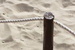 I pali del passaggio pedonale sono legati con le corde e c'? una vite arrugginita fissata fotografia stock libera da diritti
