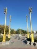 I pali di potere goldden a Wat Sothonwararam Fotografia Stock