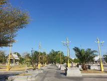 I pali di potere goldden a Wat Sothonwararam Immagine Stock
