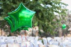 I palloni brillanti verdi al giardino presentano la regolazione per il recepti di nozze Immagini Stock