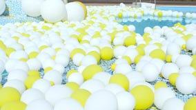 I palloni gialli e bianchi volano Aerostati festivi stock footage