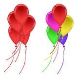 I palloni hanno messo cinque palloni rossi, cinque palloni multicolori Immagine Stock