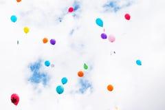 I palloni multicolori con le foglie di acero volano nel cielo Fotografia Stock