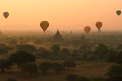 I palloni sorvolano migliaia di tempie nell'alba in Bagan, Myanmar Fotografie Stock