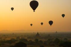 I palloni sorvolano migliaia di tempie nell'alba in Bagan, Myanmar Fotografie Stock Libere da Diritti